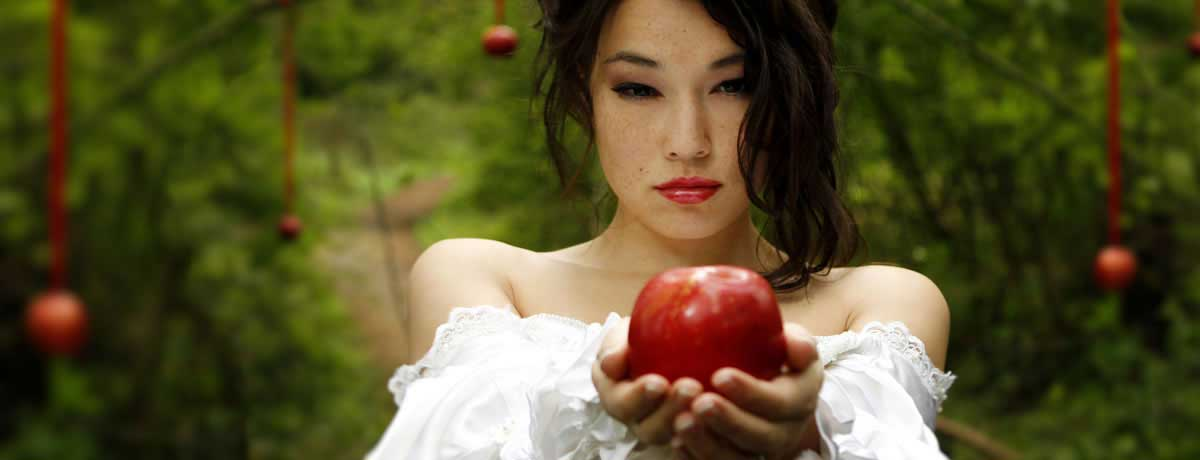 Snow White theme bride with red apples